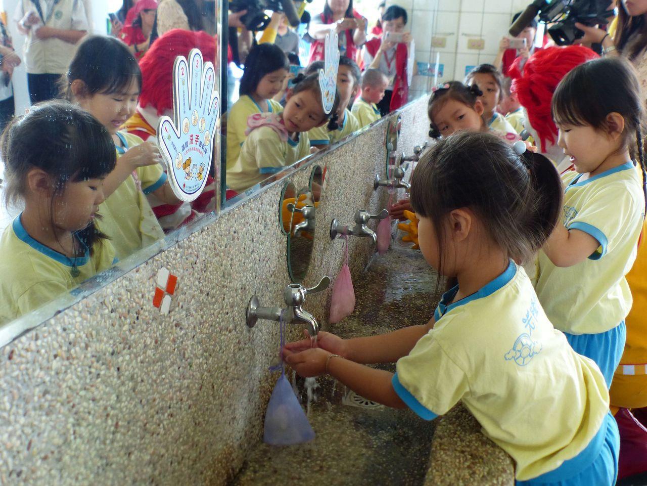 台中市衛生局日前與麥當勞叔叔之家慈善基金會合作在太平舉辦「遠離腸病毒,一起來洗手...