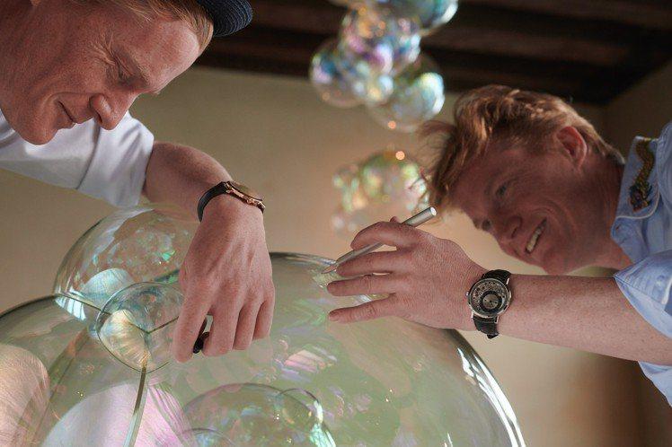 Verhoeven兄弟檔藝術家更在玻璃泡泡藝術品之中,加入品牌標誌性元素—「黃金...