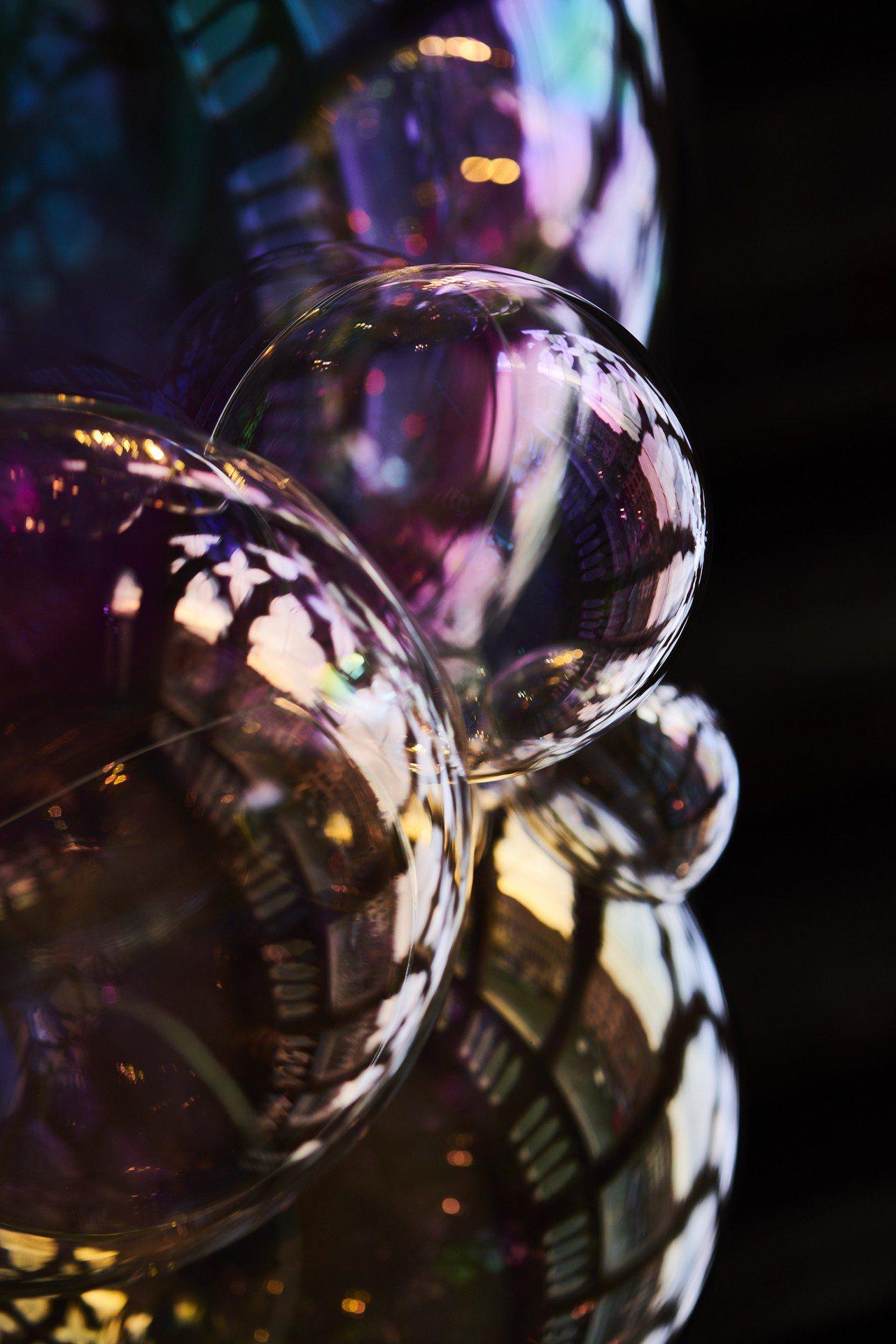 伯爵與荷蘭籍Verhoeven合作的玻璃藝術作品「Moments of Happ...