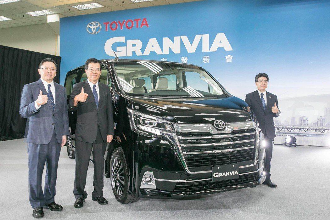 豐田GRANVIA新世代豪華商旅車全球首發。(左起和泰車總經理蘇純興、董事長黃南...