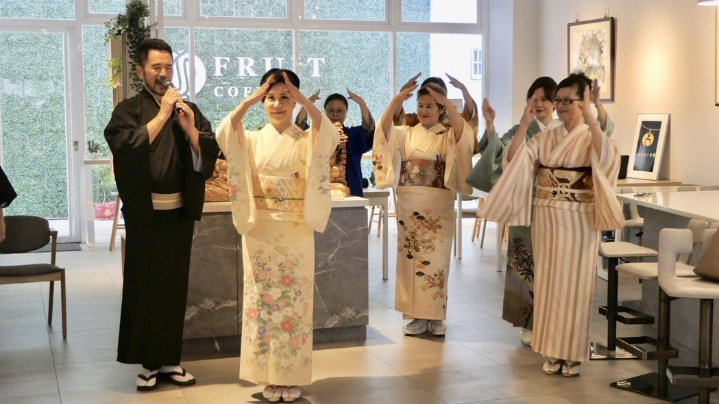 書院開幕首日由日本舞翹楚西川淑敏(左二)帶領團隊表演日本舞。記者宋健生/攝影