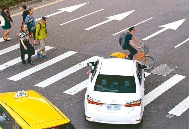 斑馬線車禍死亡人數增,六都及公路總局提報126處危險路口,今年底前將改善完成。 ...