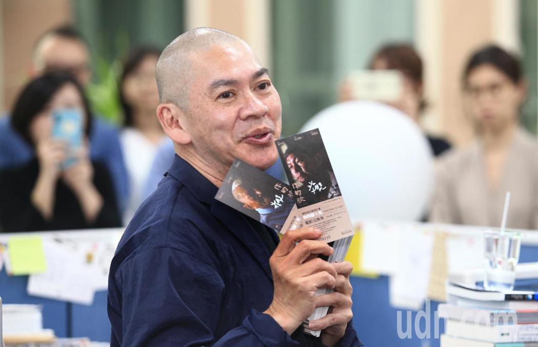 國際名導蔡明亮(中)下午現身聯合報系大樓內,推薦新戲《你的臉》電影票,邀請戲迷入