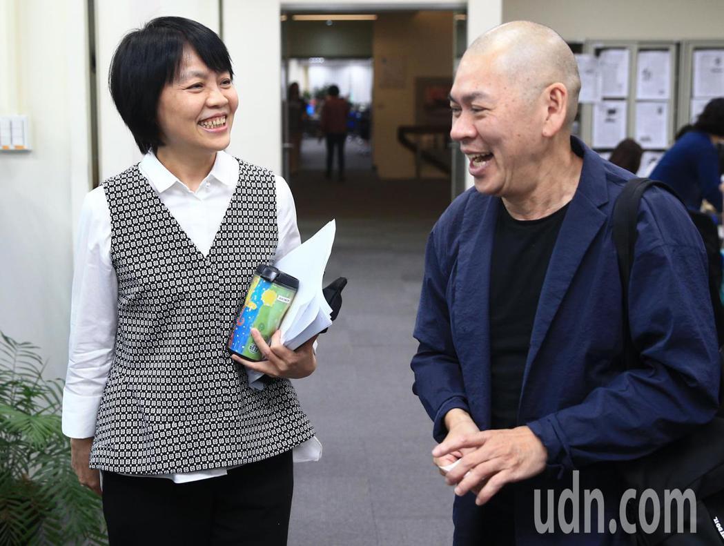 國際名導蔡明亮(右)下午現身聯合報系大樓內,推薦新戲《你的臉》電影票,聯合報社長...