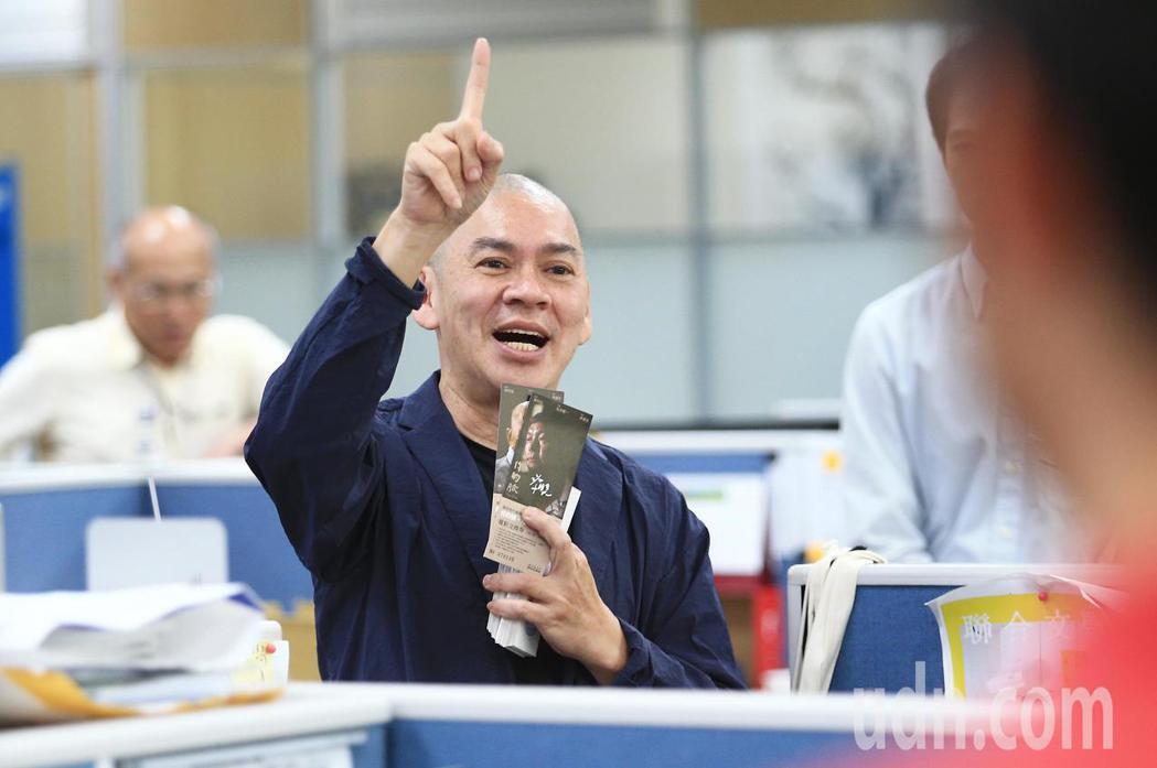 國際名導蔡明亮(中)下午現身聯合報系大樓內,推薦新戲《你的臉》電影票,邀請戲迷入...