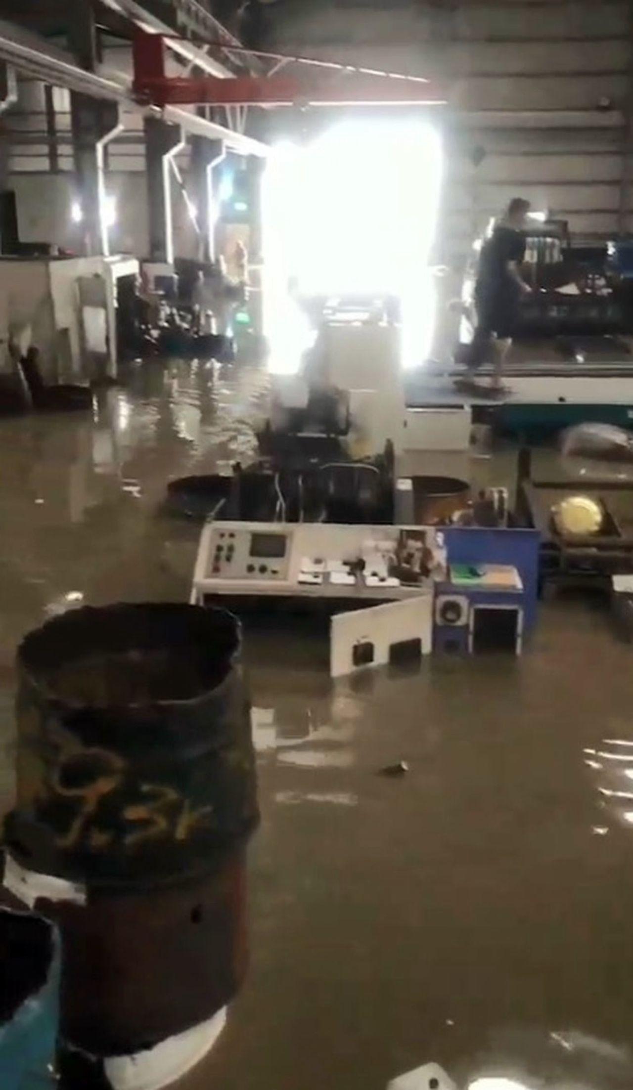 張姓工廠業者反映,工廠距離中興抽水站不到100公尺,昨天淹水,員工來不及拿防水閘...