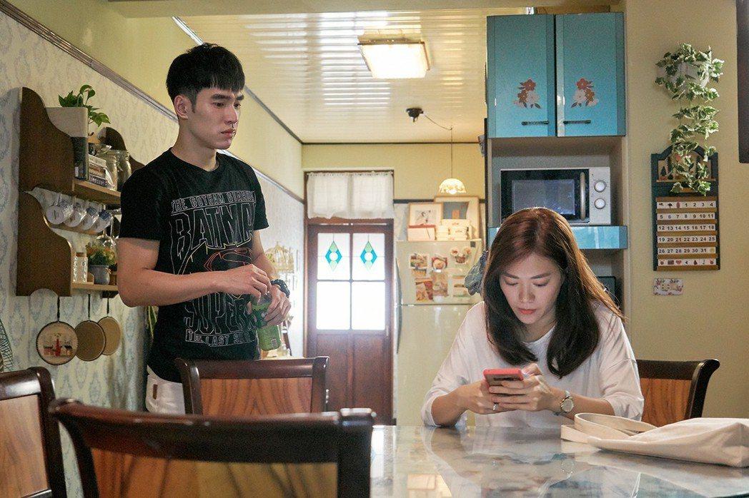 鄧九雲(右)與張書豪飾演姊弟。圖/歐銻銻娛樂提供