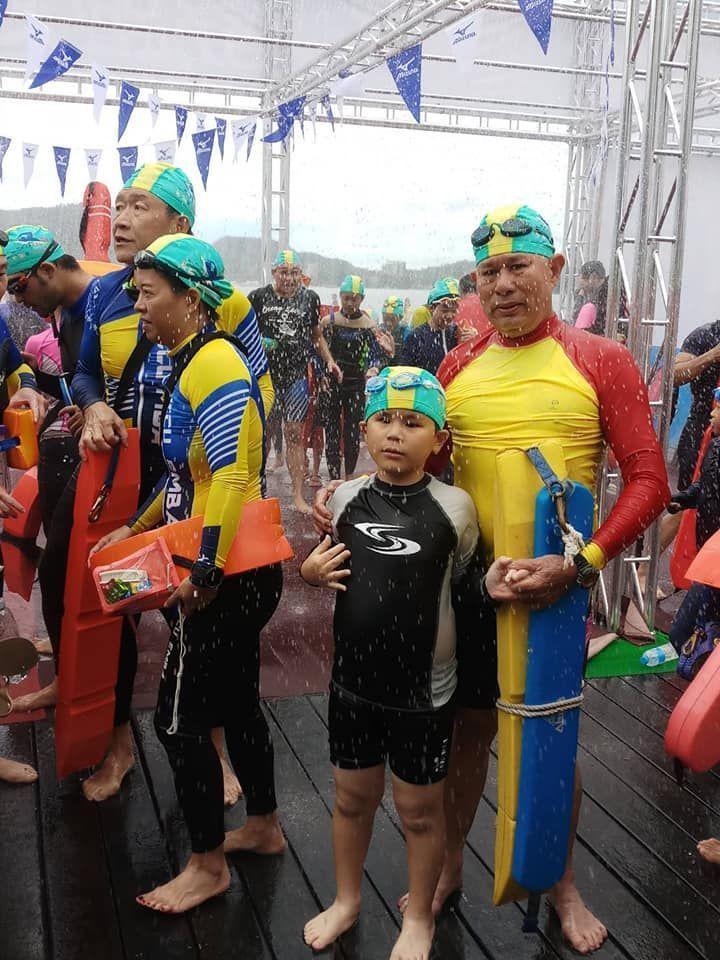 獅甲國小三年級全盲生羅柏勛去年九月挑戰泳渡日月潭。圖/家人提供