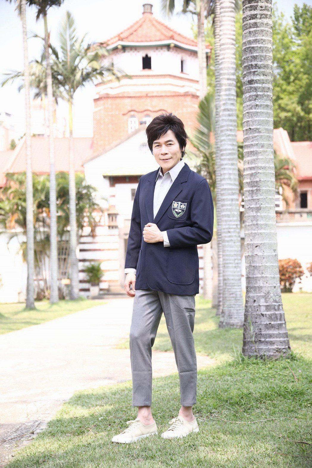 56歲的洪榮宏穿起母校的校服,相當挺拔帥氣。圖/華特音樂提供