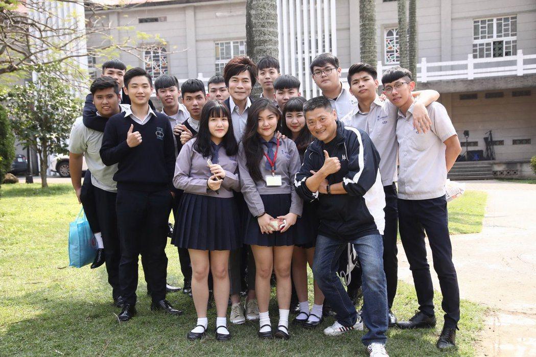 洪榮宏(中)與師長及學弟妹們開心合照。圖/華特音樂提供