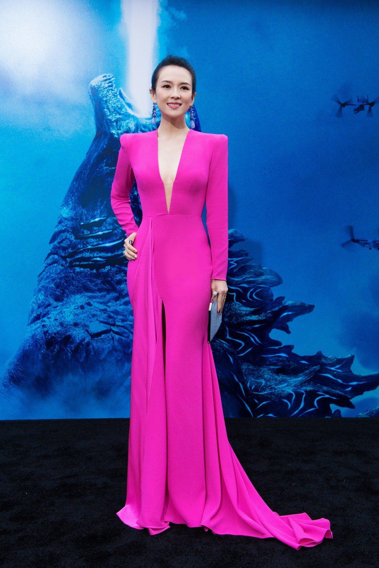 章子怡現出席《哥吉拉II:怪獸之王》電影首映會穿桃紅色修身的Alex Perry...