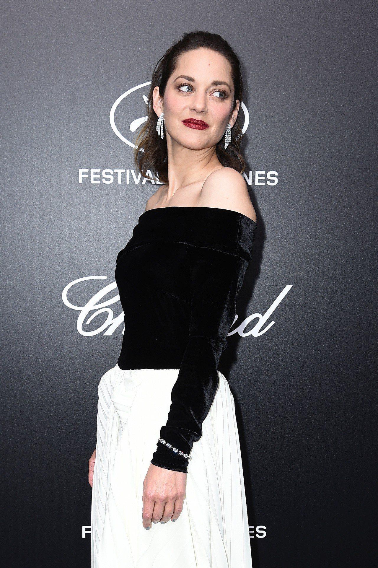影后莉詠柯蒂亞配戴蕭邦珠寶出席蕭邦舉辦年度官方頒獎晚宴。圖/蕭邦提供