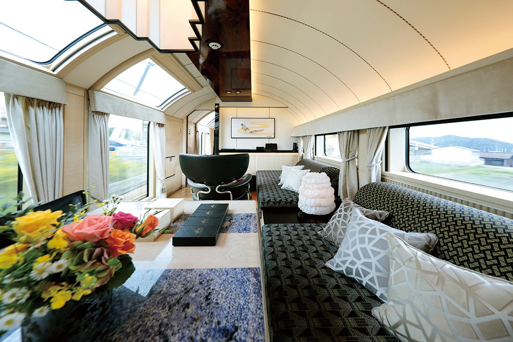 頂級套房內設有客廳空間,方便乘客放鬆。圖/可樂旅遊提供