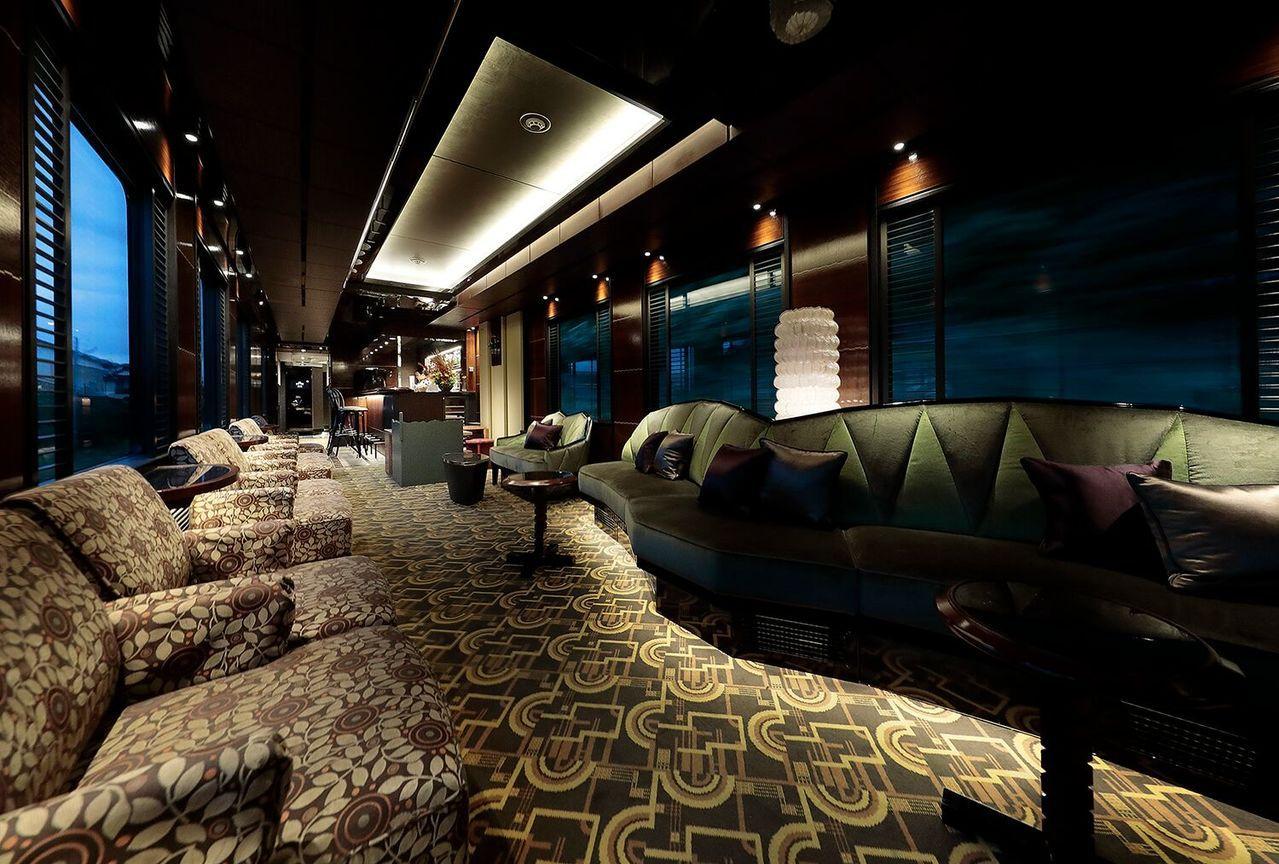 特別打造的交誼車廂,提供有無限暢飲的各國名酒佳釀。圖/可樂旅遊提供