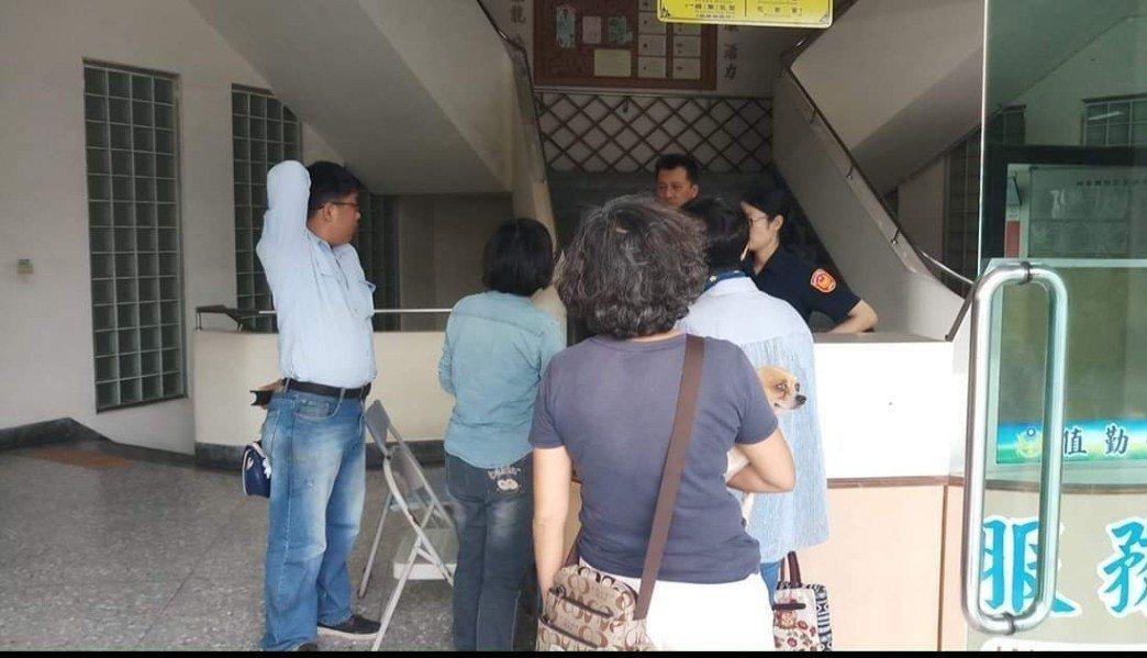 動保人士下午前往台南學甲分局提告。圖/取自網路