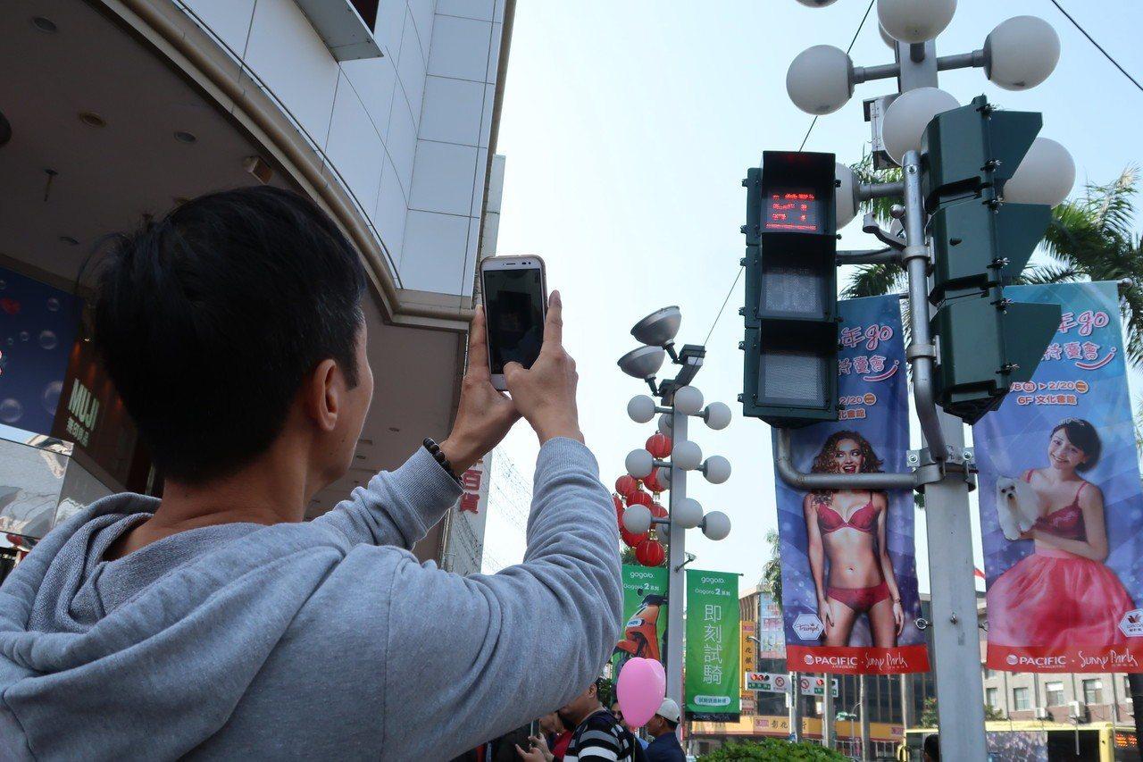 屏東縣去年相繼在60個路口推出小綠人「求婚版」、「家庭版」,一度引起熱烈討論。圖...