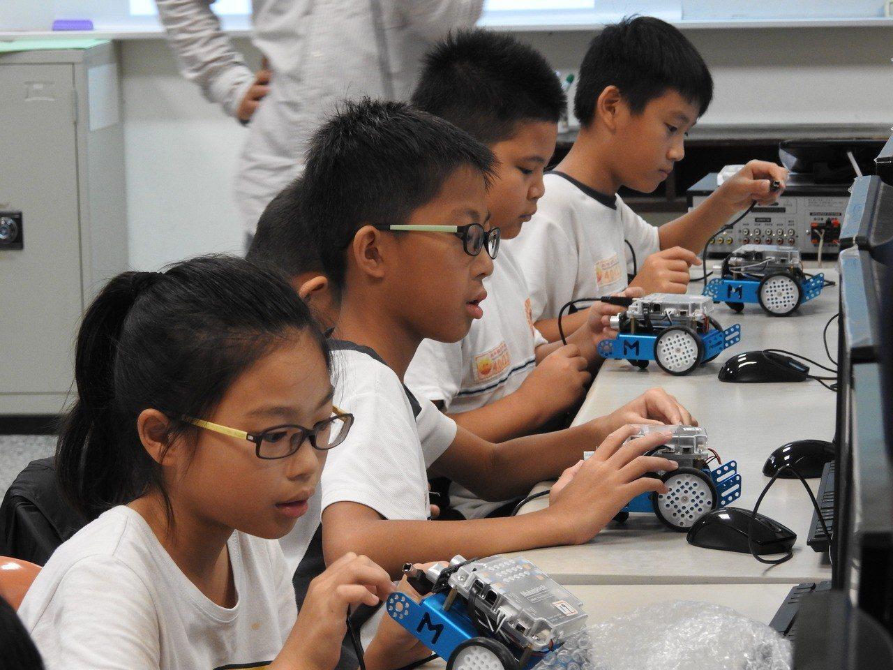 中科管理局組mBot授課團隊深入中小學開課,教學童操作mBot機器人,提早認識A...