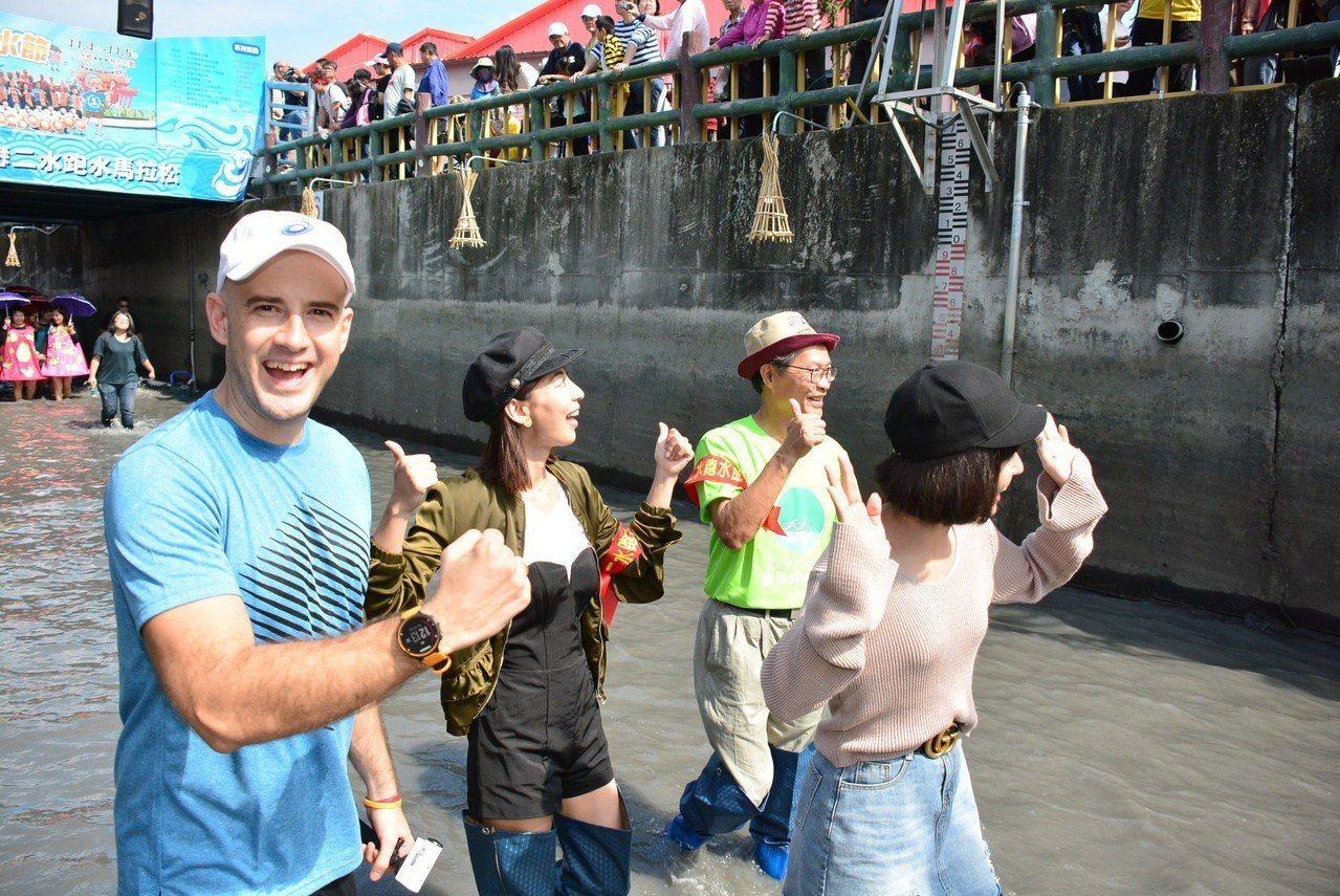 戀戀二水跑水馬拉松是國內最有民俗特色的馬拉松,不少外籍選手趕來體驗在水圳裡跑步的...