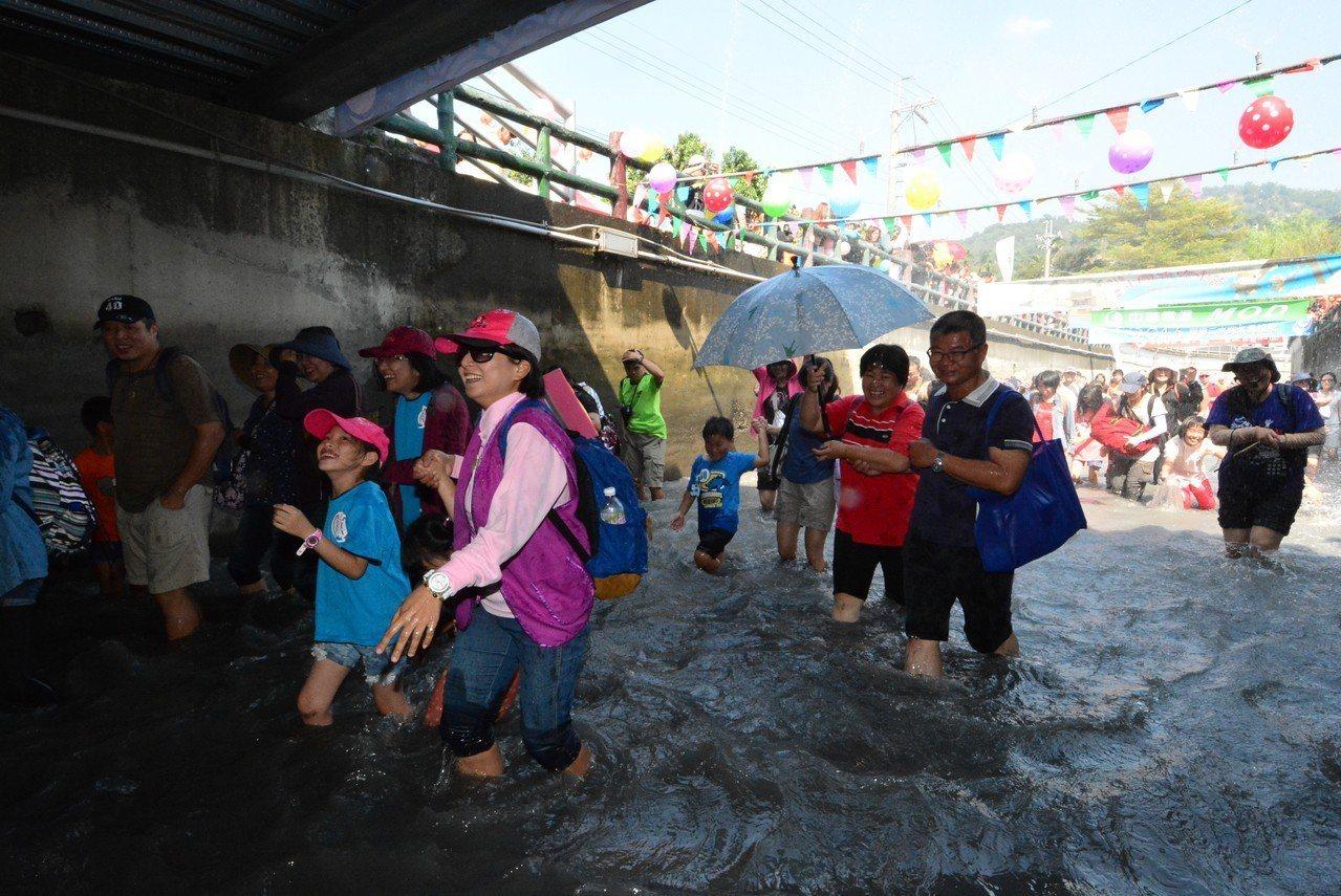 戀戀二水跑水馬拉松是國內最有民俗特色的馬拉松,去年吸引5600名選手和親子參加。...
