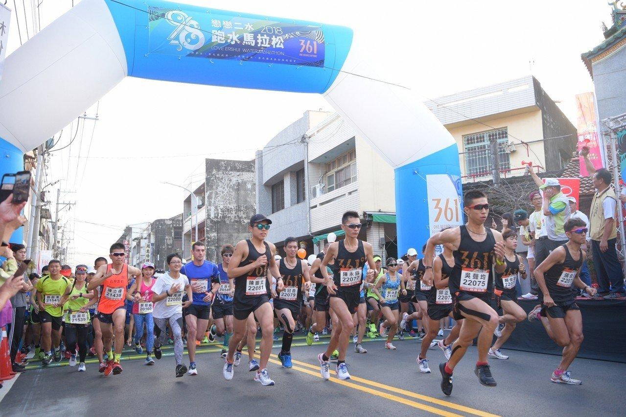 戀戀二水跑水馬拉松是國內最有民俗特色的馬拉松,去年吸引5600名選手報名參加。照...