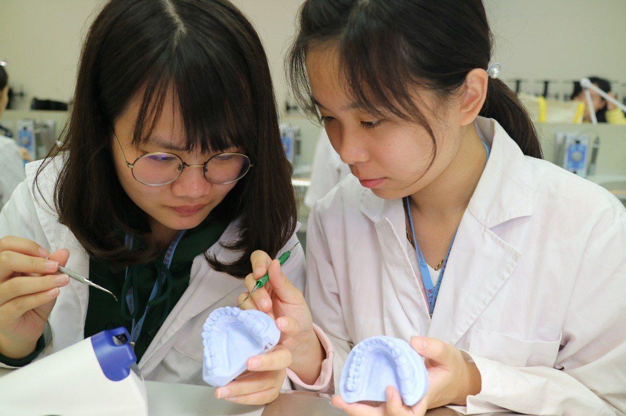 敏惠牙體技術科畢業生起薪不乏超過3萬元以上,優於一般職場。圖/學校提供