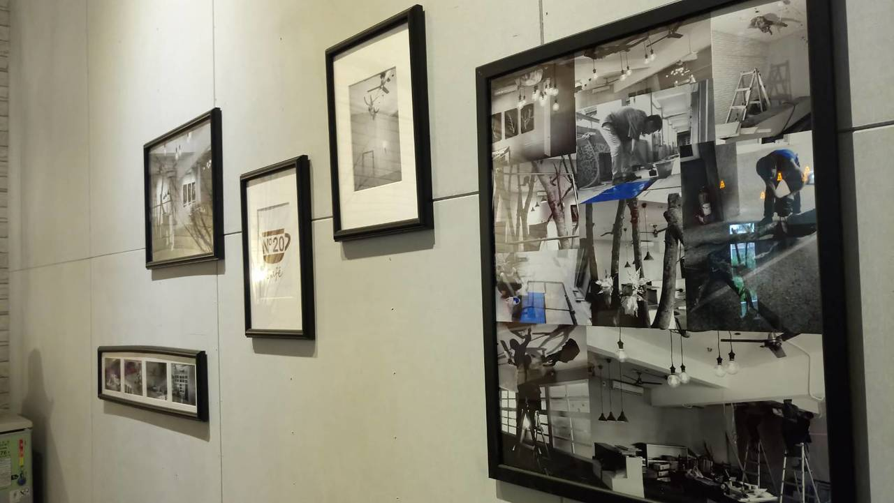 咖啡屋裡的照片是當初規畫、施作咖啡屋的畫面。記者鄭國樑/攝影