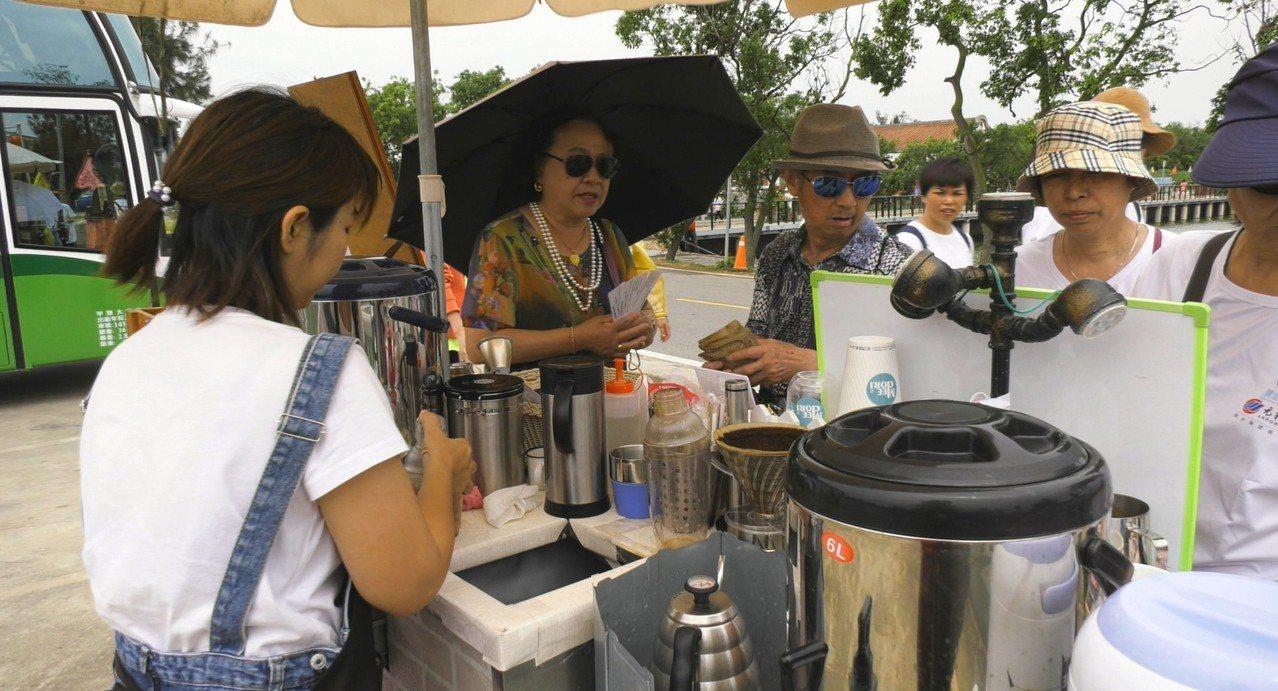 嗅到商機,有業者就在健走的沿途賣起了咖啡,買氣還不錯,陸客都很捧場的爭相購買嚐鮮...