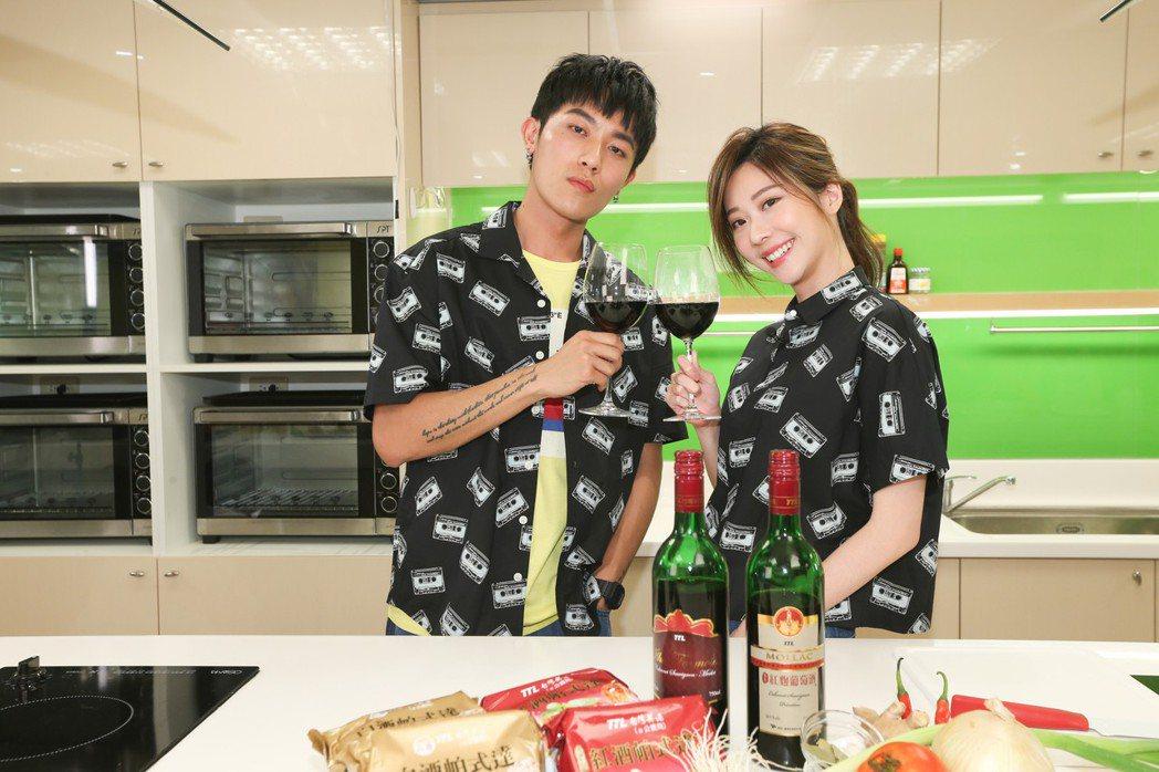 Justin(左)與張景嵐為噓星聞「最餓廚房」下廚料理。記者葉信菉/攝影(  ※