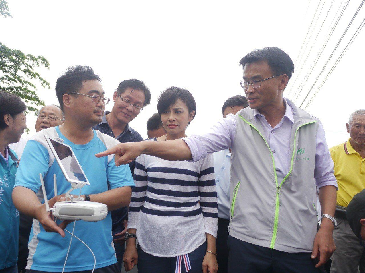 行政院農委會主委陳吉仲(右一)觀看無人機運作情況。記者徐白櫻/攝影