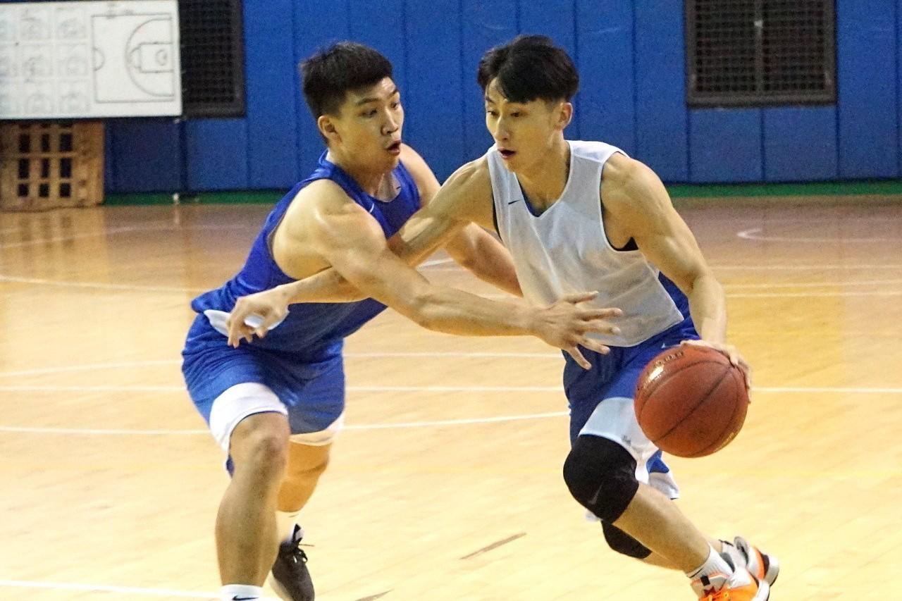 中華白隊長黃泓瀚(左)防守吳永盛(右)。記者劉肇育/攝影