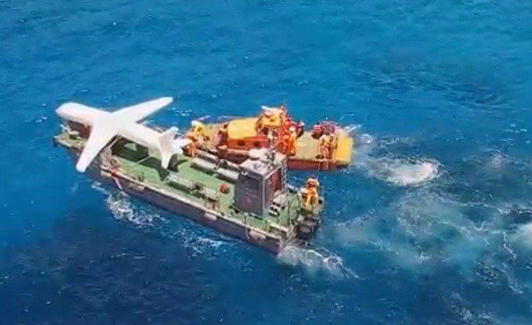 海岸巡防署今天動員空軍C-130運輸機與3000噸級高雄艦等4艘艦艇,在南沙太平島舉行南援四號人道救援演練。操演模擬小型觀光客機墜毀南沙水域還撞及漁船,全島動員海上與陸地救護能量展開救援。翻攝海巡署影片
