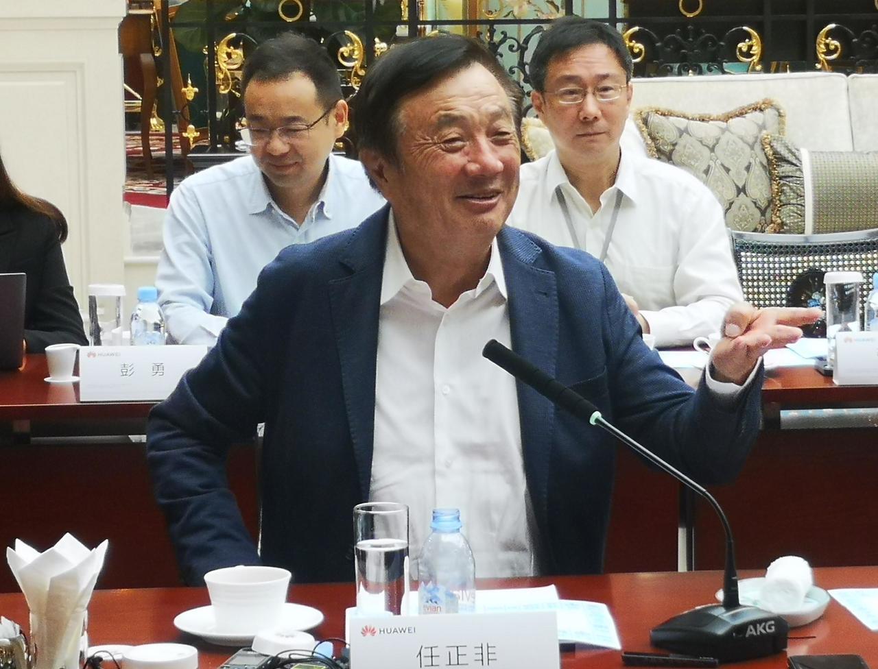 華為公司創始人任正非21日在深圳接受媒體群訪。(新華社)