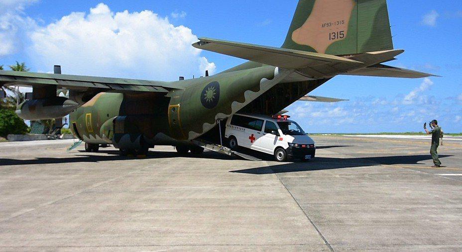 海岸巡防署今天動員空軍C-130運輸機與3000噸級高雄艦等4艘艦艇,在南沙太平島舉行南援四號人道救援演練。C-130運載重型救護車在太平島跑道起降,圓滿達成任務。海巡署提供