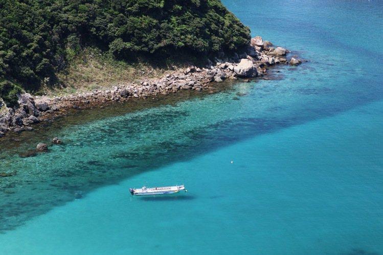 海域清澈的柏島,可以拍出船隻漂浮空中的美麗畫面。圖/日本高知縣提供