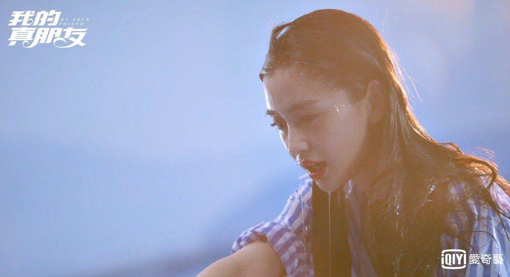 Angelababy為「我的真朋友」多次濕身。圖/愛奇藝台灣站提供