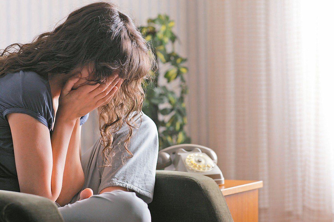 醫師表示,憂鬱患者身旁親友要學會與憂鬱患者相處之道。 圖/123RF