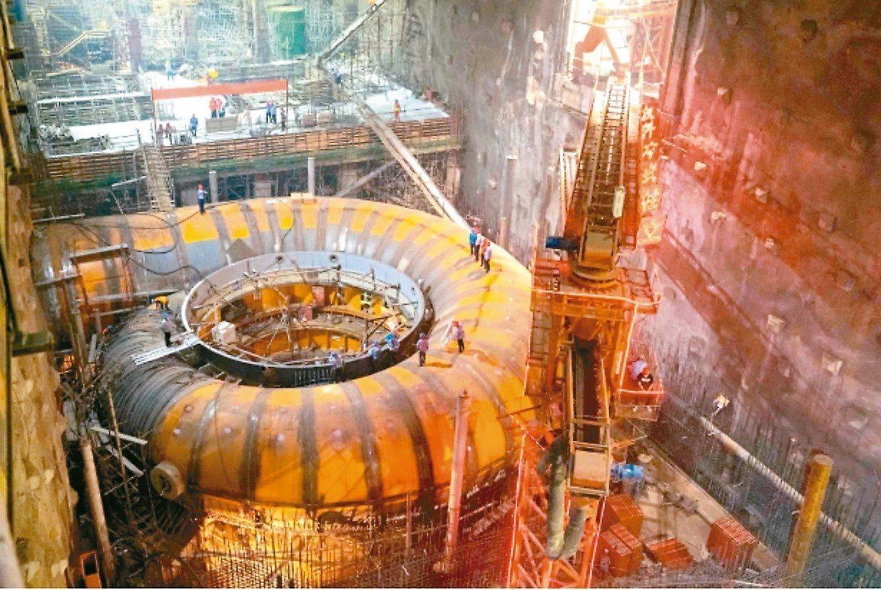 白鶴灘百萬瓩水輪發電機組蝸殼安裝現場,工程浩大。 圖/本報四川德陽傳真
