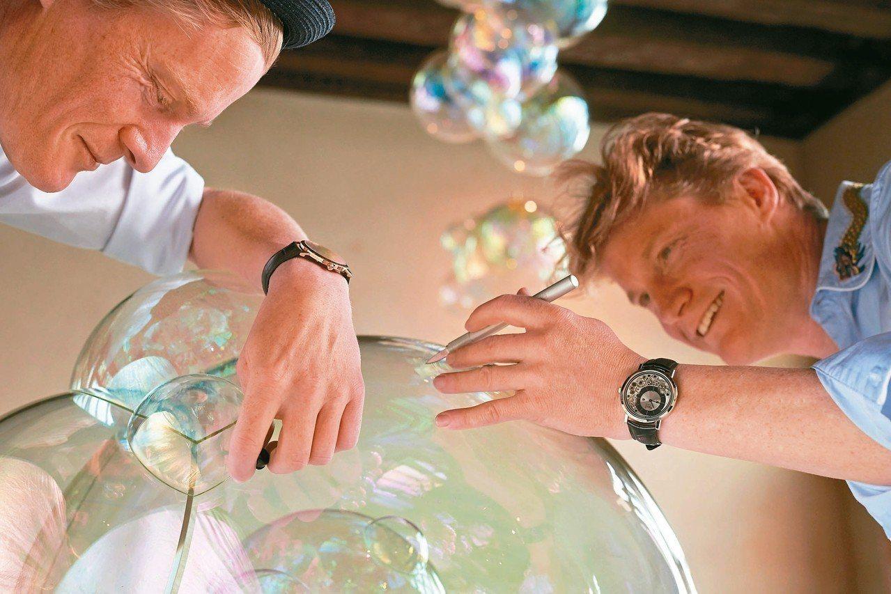 Verhoeven兄弟檔藝術家在玻璃泡泡藝術品中,加入黃金,讓作品更具奢華丰采。...