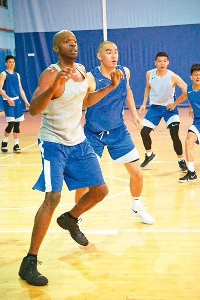 戴維斯(左)加入中華白隊集訓,盼能再為國家隊效力或重返SBL。 記者劉肇育/攝影