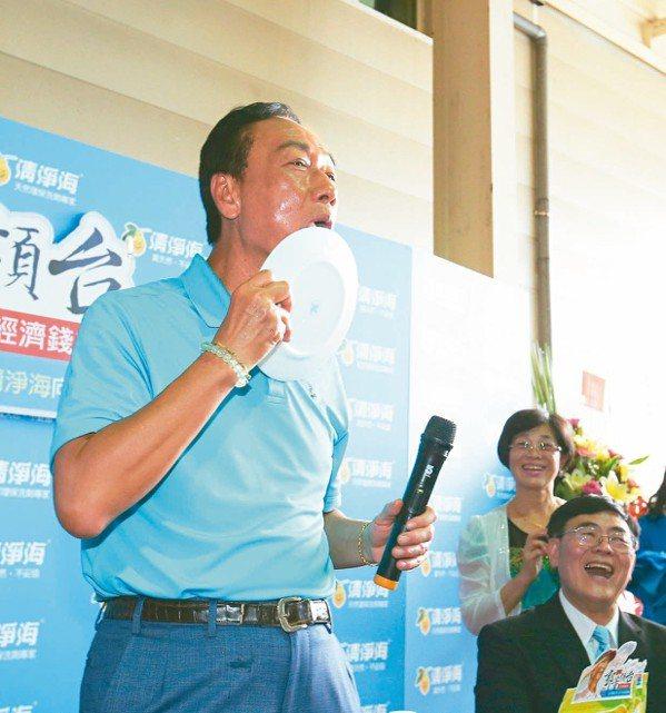 鴻海董事長郭台銘昨天到桃園參訪清淨海生技公司,試用清淨海的環保產品洗盤子,還用嘴...