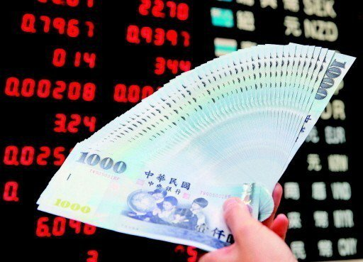 台股昨天開低走高,熱錢持續賣股匯出,看在大型國銀交易室主管眼中,台幣匯率現在的貶...