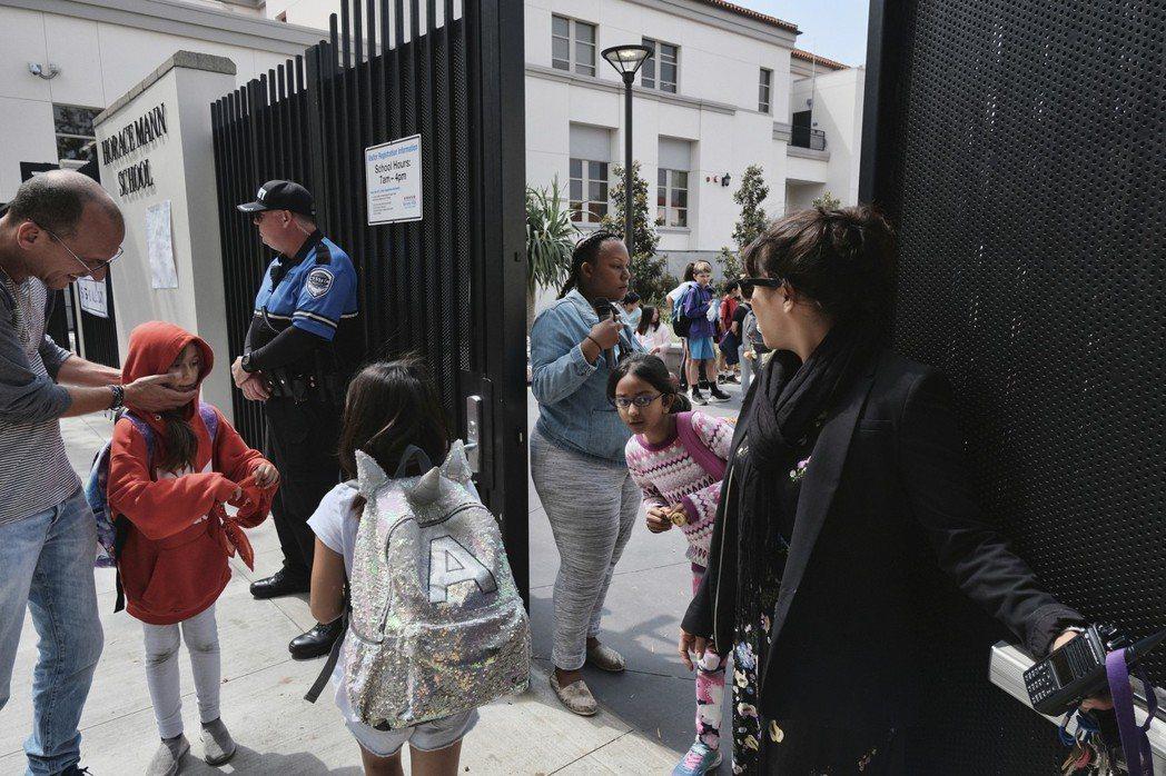 霍勒斯曼學校門口站著武裝警衛。 (美聯社)