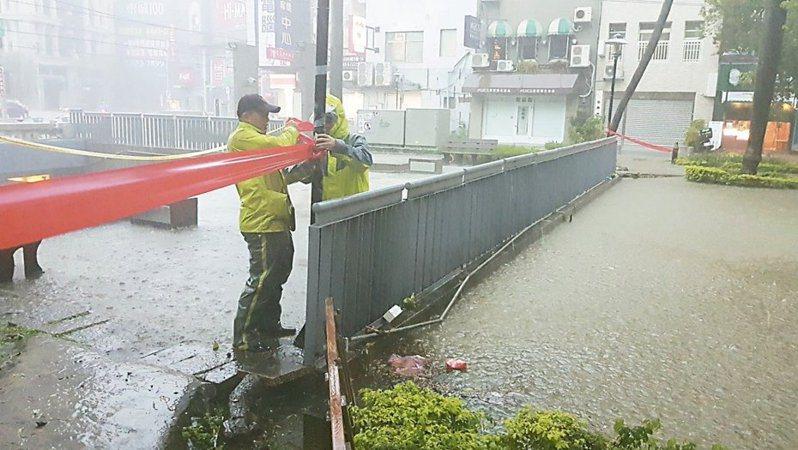 日前雷雨胞環伺,全台各地大雨滂沱。 圖/聯合報系資料照片