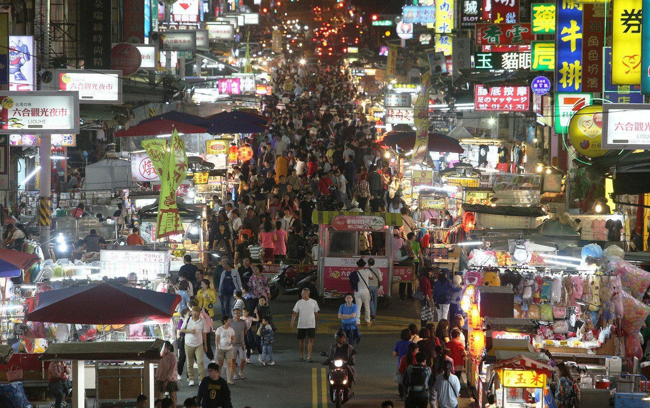 高雄市六合夜市的人潮。圖/聯合報資料照片
