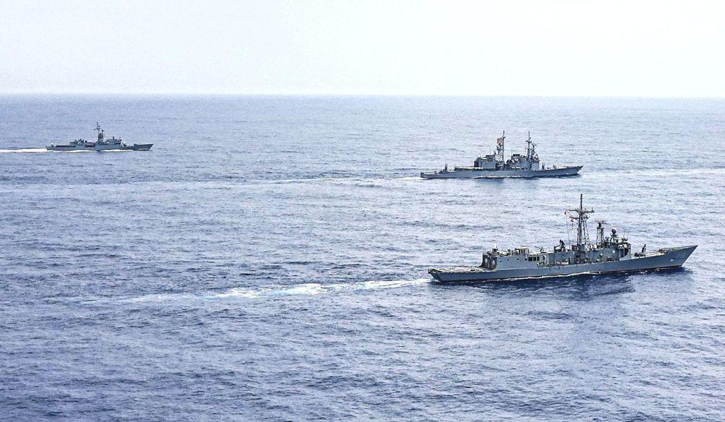 空中俯瞰操演支隊,由近至遠:派里級銘傳艦、紀德級左營艦、諾克斯級宜陽艦。圖/海軍...