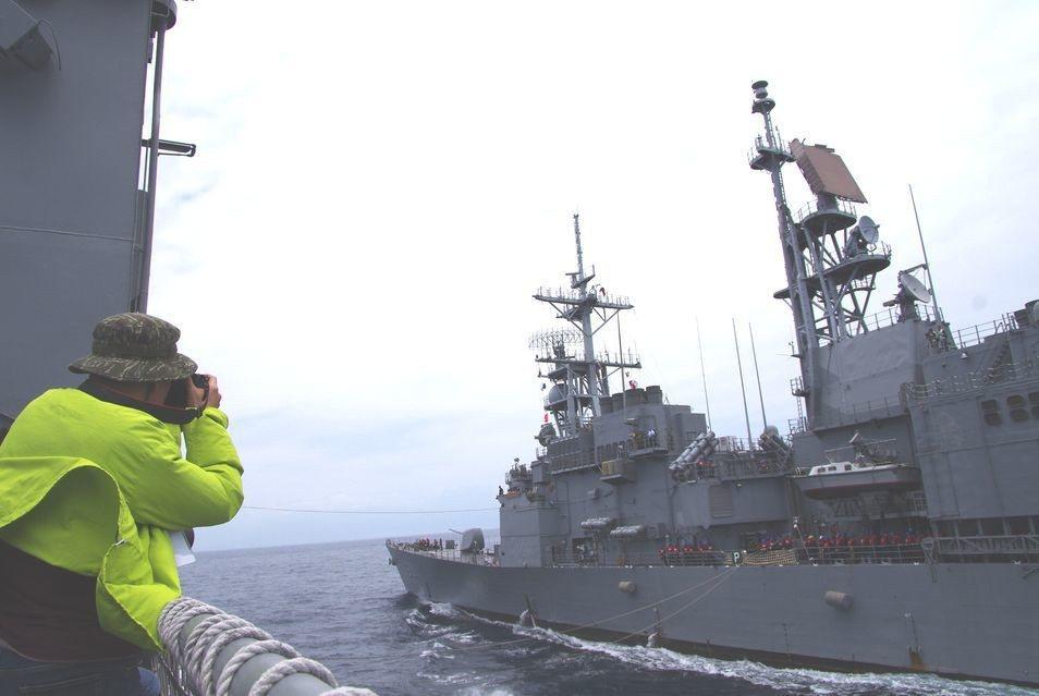 左營(左)、基隆(右)兩艦並排近距離航行,以纜繩傳遞物資,距離最近時僅140英尺...