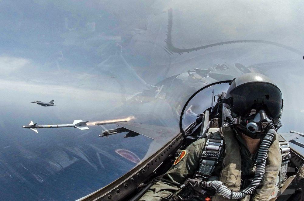 F-16發射翼梢的響尾蛇飛彈。圖/軍聞社
