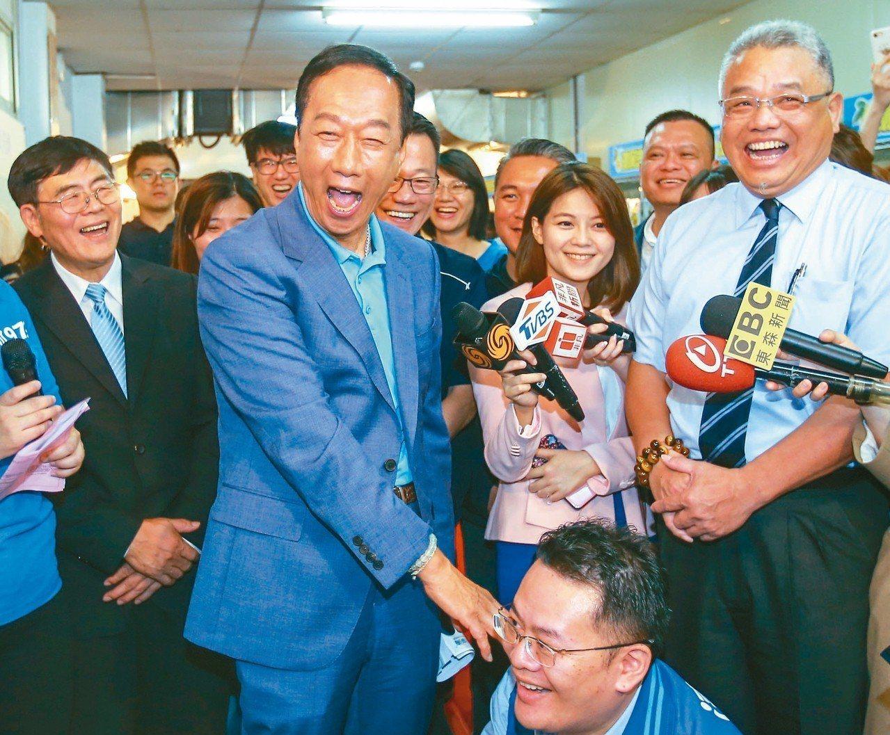鴻海董事長郭台銘(中)昨天到桃園市參訪清淨海生技公司,大讚台灣企業對環保的用心。...