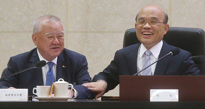 行政院長蘇貞昌(右)中央社