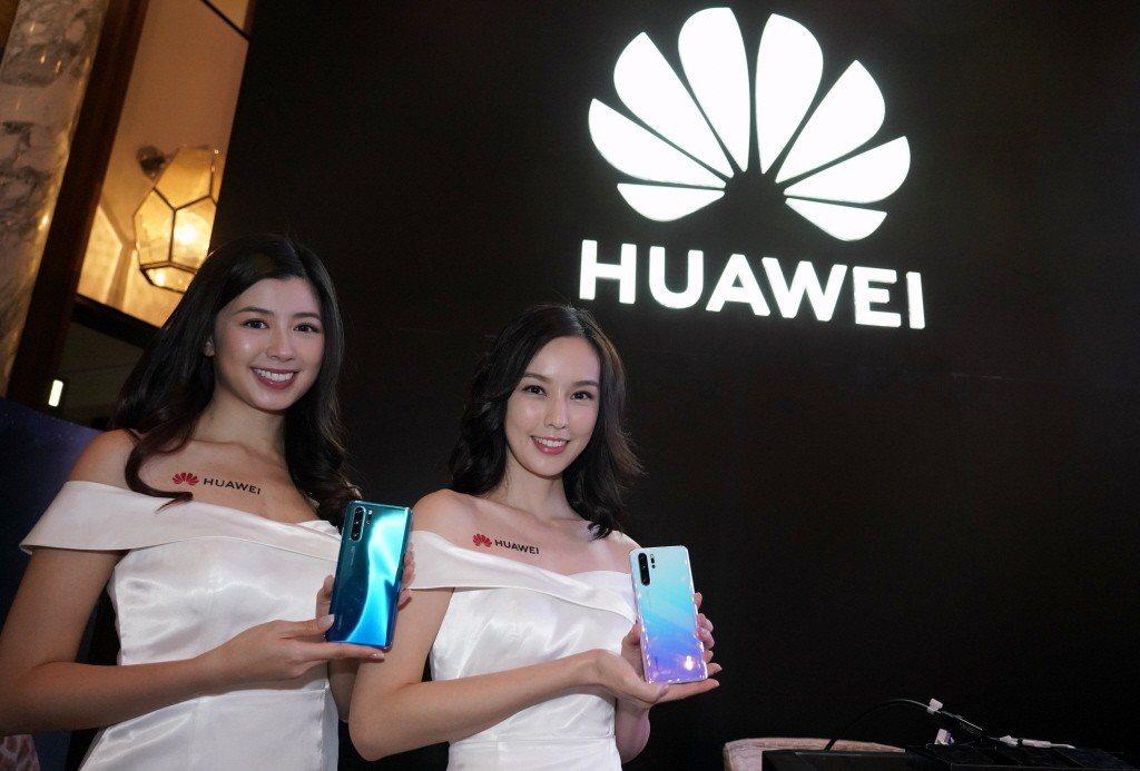 圖為模特展示華為P30 PRO手機。中新社